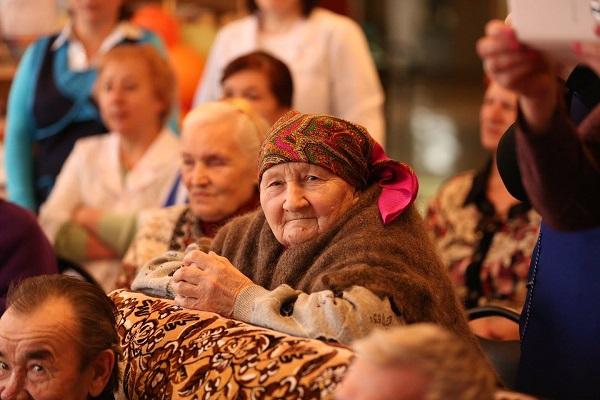 Звезды посетили пожилых людей в доме престарелых, которому угрожало закрытие
